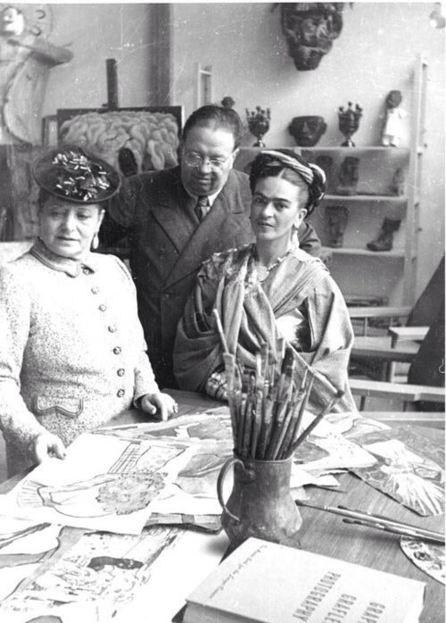 Rare black and white of Frida and Diego in Studio